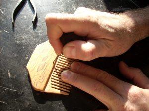 инкрустация деревянного гребня - работаем резцом