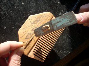 инкрустация деревянного гребня - забиваем металл