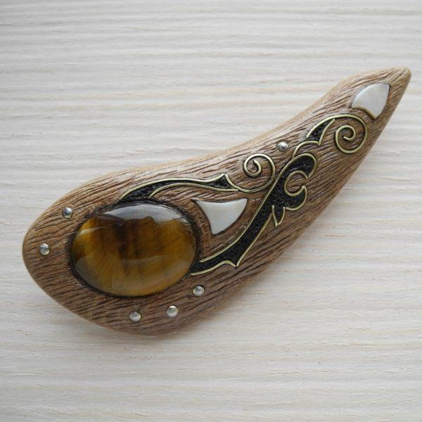 брошка из ореха с тигровым глазом