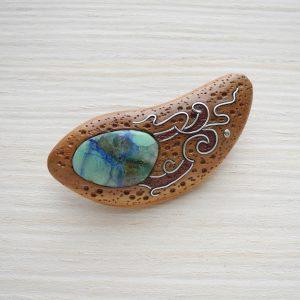 деревянная брошь с хризоколлой