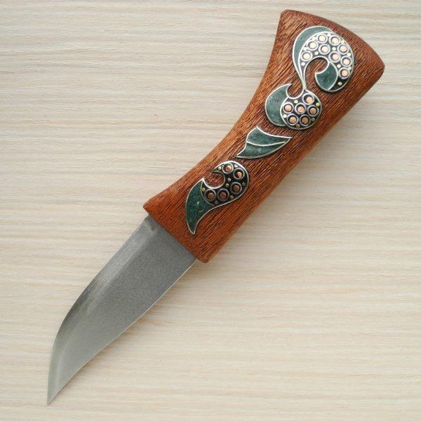 нож с абстрактным орнаментом