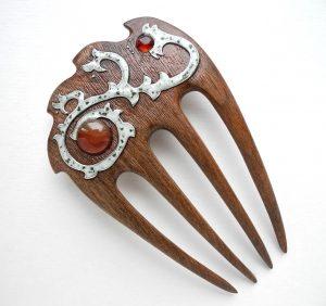 деревянная заколка-гребень с сердоликом