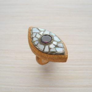 кольцо из бука с гранатом и перламутром