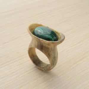 кольцо из сосны с инкрустацией малахитом