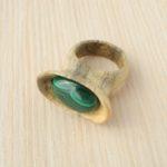 кольцо из сосны с инкрустацией малахитом ракурс 1