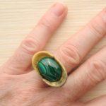 кольцо из сосны с инкрустацией малахитом ракурс 3