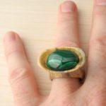 кольцо из сосны с инкрустацией малахитом ракурс 4