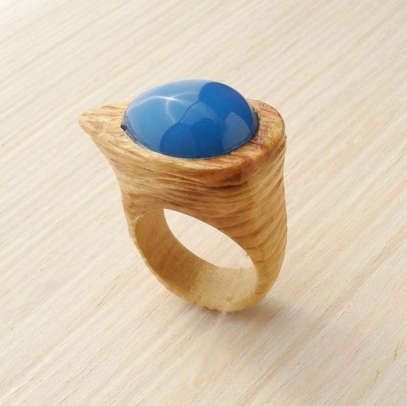 кольцо из липы с инкрустацией халцедоном