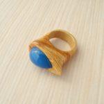 кольцо из липы с инкрустацией халцедоном ракурс 1