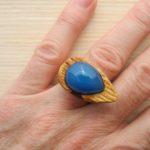 кольцо из липы с инкрустацией халцедоном ракурс 3