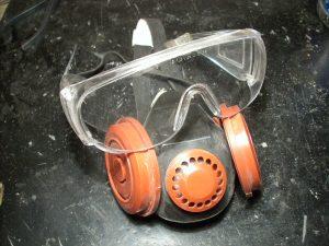 защитные очки и респиратор от пыли